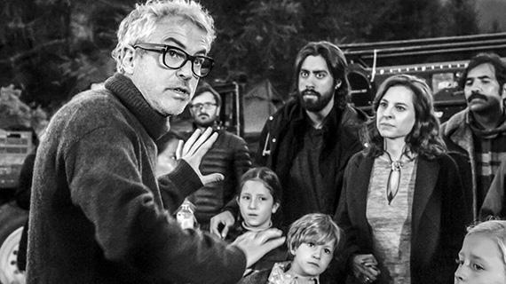 """Alfonso Cuarón, dirigiendo una escena de """"Roma"""""""