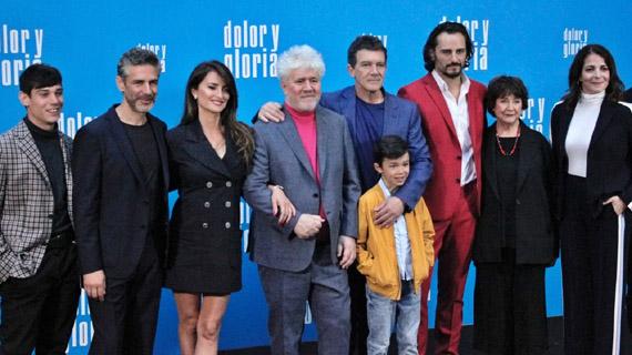 Almodóvar, rodeado de sus actores