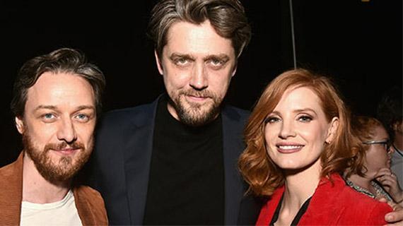 Andy Muschietti, con los dos protagonistas de su secuela
