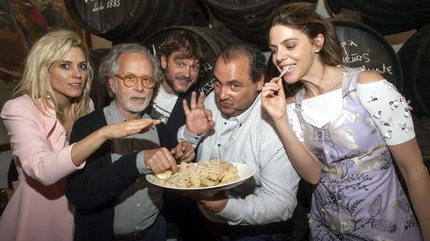 Nuñez sostiene una bandeja al lado de Colomo y otros actores de su película (SUR)