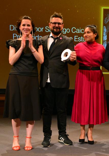Santiago Caicedo, flanqueado por la compositora Adriana García y la productora Nidia Santiago (PQ)