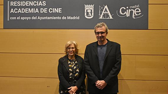 La alcaldesa de Madrid, Manuela Carmena, con el presidente de la Academia, Mariano Barroso