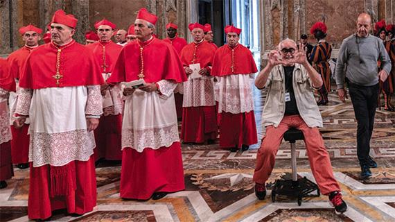 """Charlone (sentado), en el rodaje de """"Los dos Papas"""""""