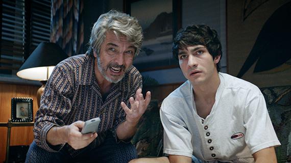 """Ricardo Darín, con su hijo Chino, en """"La odisea de los giles"""""""