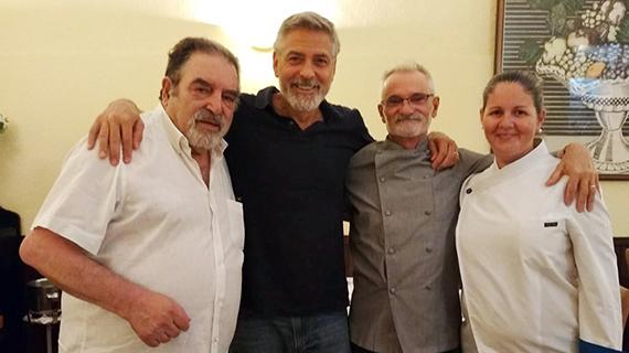 Clooney, con el equipo del restaurante tinerfeño donde comió