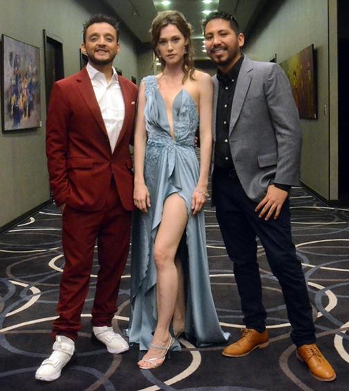 Juan Pablo Barragán y Flor Antonucci, junto al director Sergio Vargas