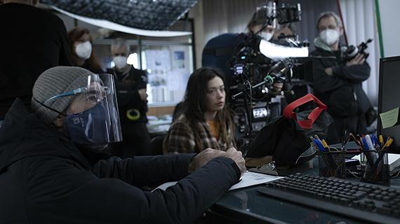 Rosales (primer plano, izq.) rodando, con Anna Castillo en el centro