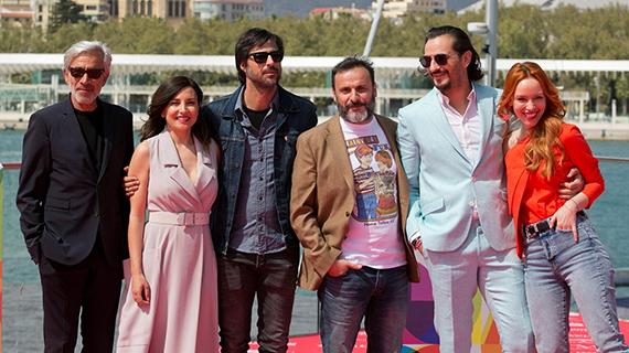 Cortés-Cavanillas (con camiseta blanca estampada) rodeado de sus actores