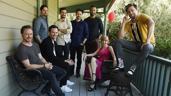 """Andy Muschietti (dcha.) con los protagonistas de """"It: Capítulo 2"""""""