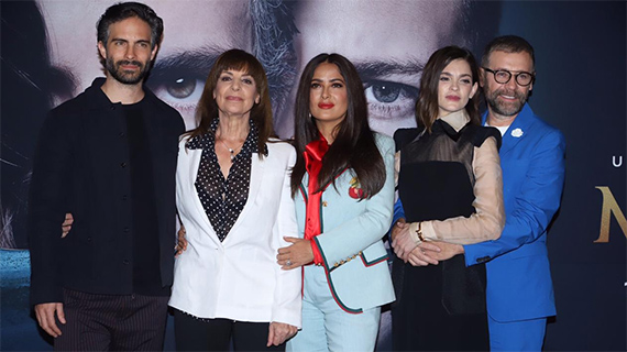 """Salma, rodeada por los actores de """"Monarca"""""""