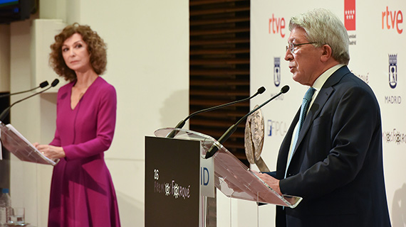 Yolanda Flores y el presidente de EGEDA, Enrique Cerezo