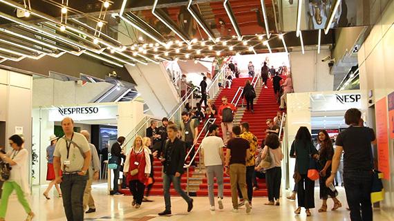 Escalera interior del Palacio de los Festivales de Cannes (ASG)