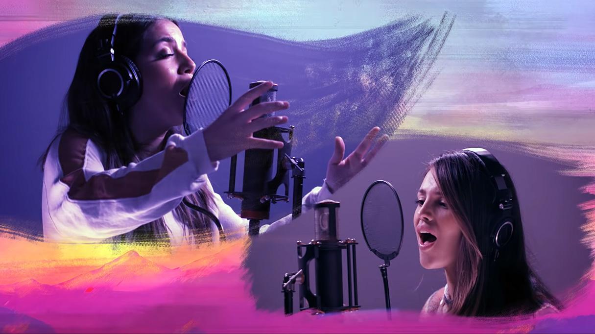 Isabela Merced y Eiza González, cantando