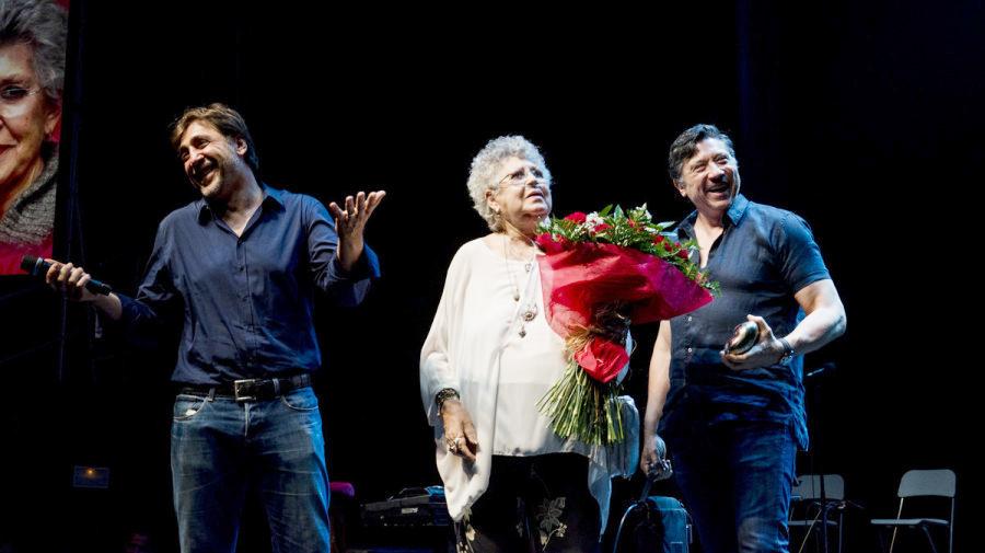 Pilar Bardem, entre sus dos hijos, Javier y Carlos