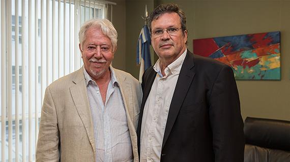 Luis Puenzo, con el ministro de Cultura, Tristán Bauer