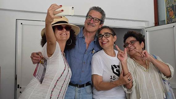 El cineasta Fernando Pérez, con las actrices Laura de la Uz, María Isabel Díaz y Daisy Granados, en Gibara el año pasado