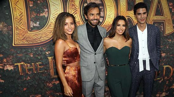 Eva Longoria con sus compañeros de elenco