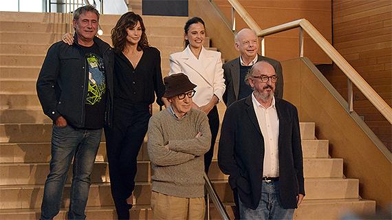 Woody Allen, con sus actores y el productor