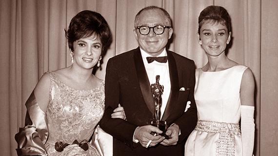 """Billy Wilder, entre Gina Lollobrigida y Audrey Hepburn, con su Oscar por """"El apartamento"""""""