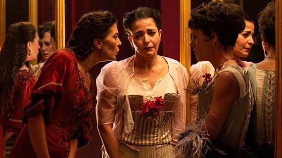 """Nora Navas (centro), en el rodaje de """"La vampira de Barcelona"""""""