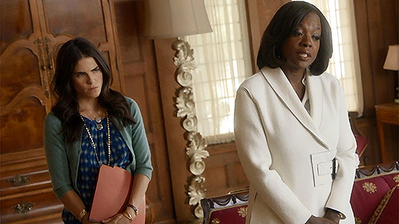 Karla Souza, con Viola Davis, en la serie