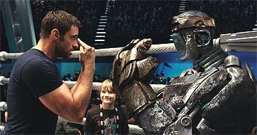 Jackman instruye a su boxeador robotizado