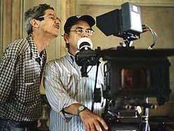 dos hombres etras de una camara de cine