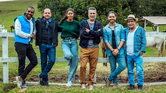 """Marlon Moreno, con el resto del equipo principal de """"Cucú"""""""