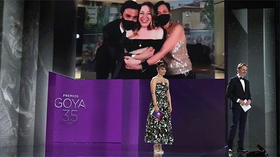 Pilar Palomero, felicitada por sus productores, mientras los presentadores les dan la espalda