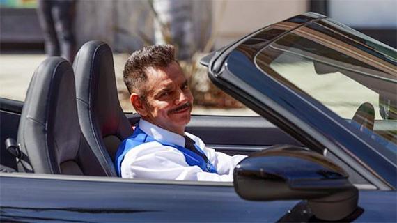 Eugenio Derbez ya aparca autos
