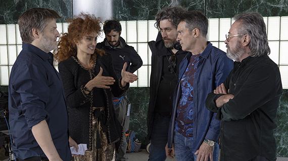 Actores y directores en el rodaje, antes de su suspensión